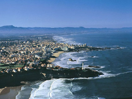 click here to see pictures of Biarritz - view over the Phare, the Grande Plage up to the Pyrenees
